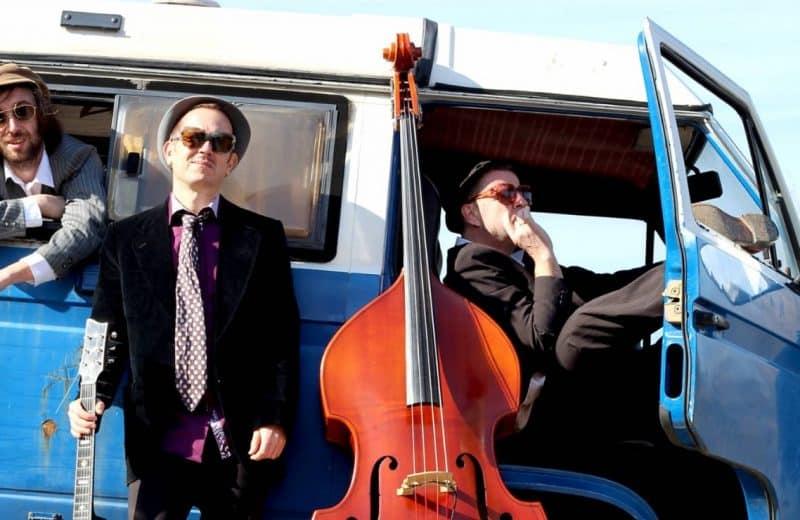 Musiciens avec leurs instruments dans un van