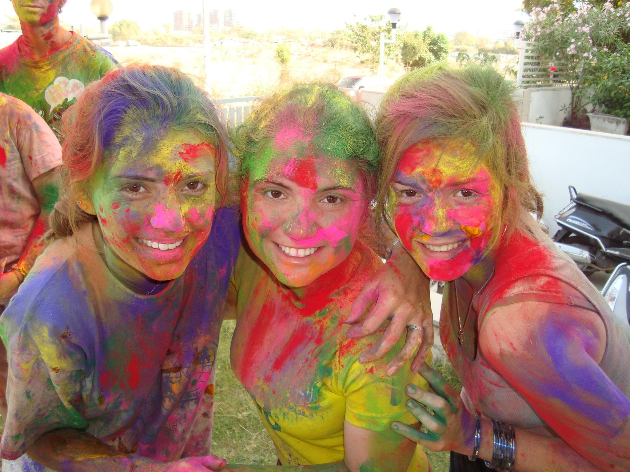 Les amies à la fête des couleurs